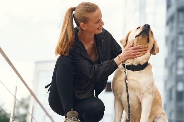 Portrait d'une femme avec son beau chien