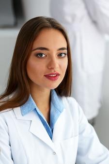 Portrait de femme souriant beau technicien