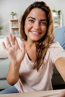 Portrait de femme souriante en agitant