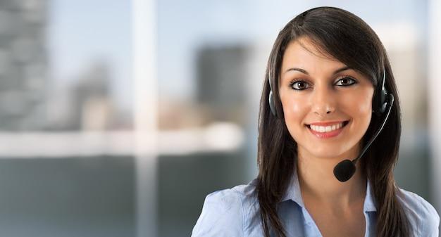 Portrait d'une femme souriante à l'aide d'un casque