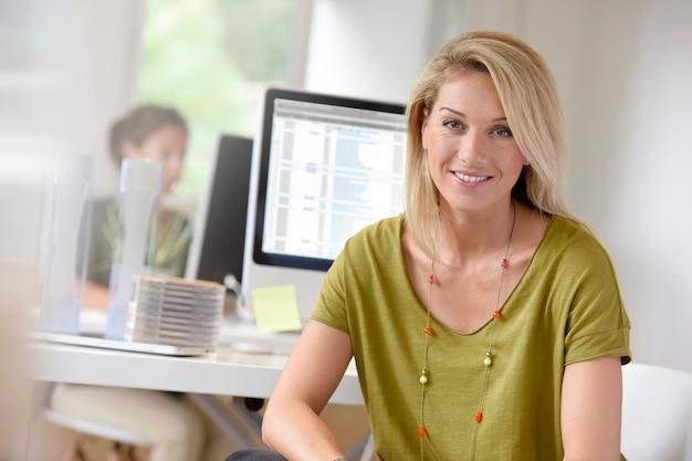 Portrait de femme souriante au bureau