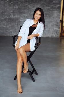 Portrait de femme souriante belle heureuse. charmante fille en vêtements blancs