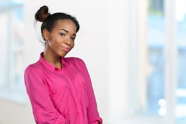 Portrait de femme souriante en chemise rose