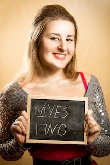 Portrait de femme souriante choisissant la case