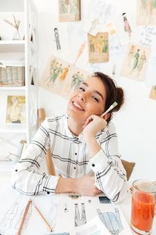 Portrait d'une femme souriante créatrice de mode