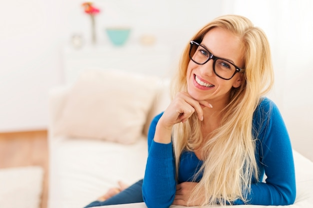 Portrait de femme souriante dans le salon
