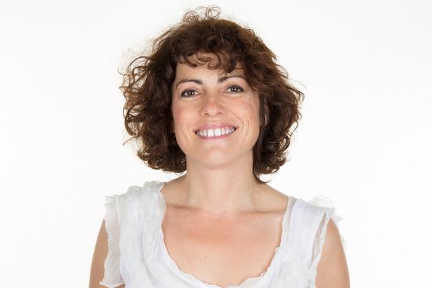 Portrait de femme souriante sur fond blanc
