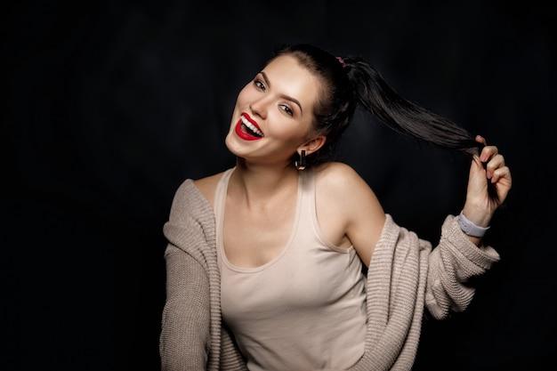 Portrait de femme souriante sur fond noir