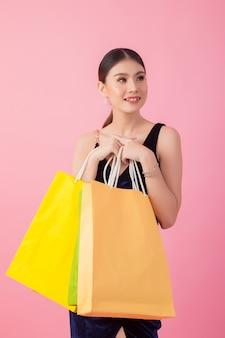 Portrait de femme souriante heureuse cale sac à provisions