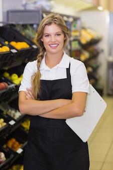 Portrait, femme souriante, personnel, avoir, presse-papiers, mains