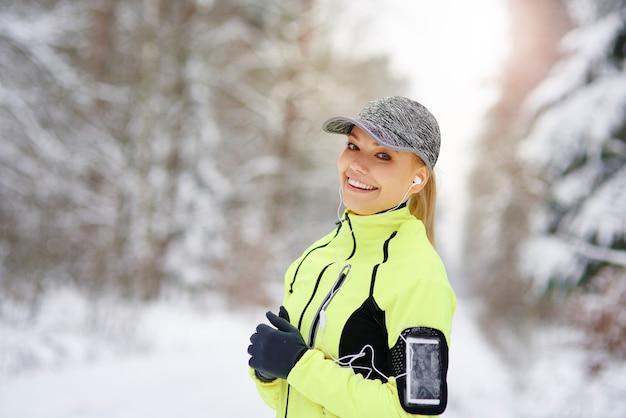 Portrait de femme souriante qui court avec bonne humeur
