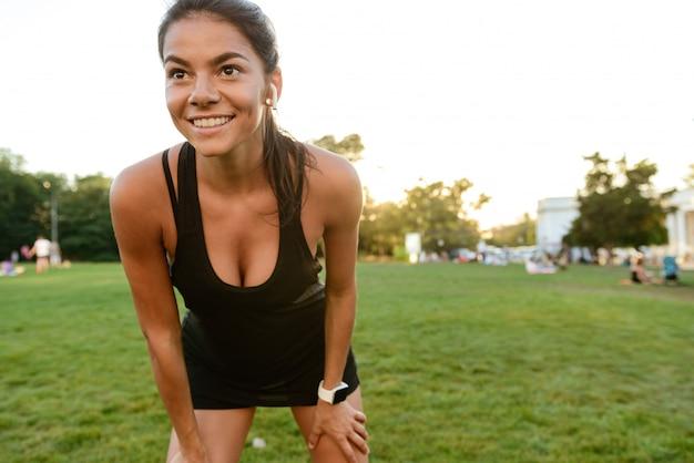 Portrait d'une femme souriante de remise en forme dans les écouteurs