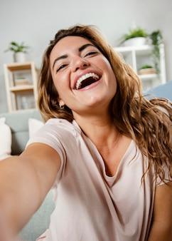 Portrait de femme souriante en riant