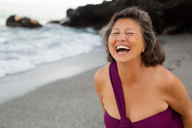 Portrait de femme souriante senior à la plage