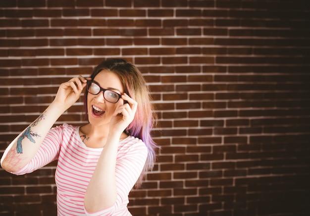 Portrait, de, femme souriante, tenue, lunettes