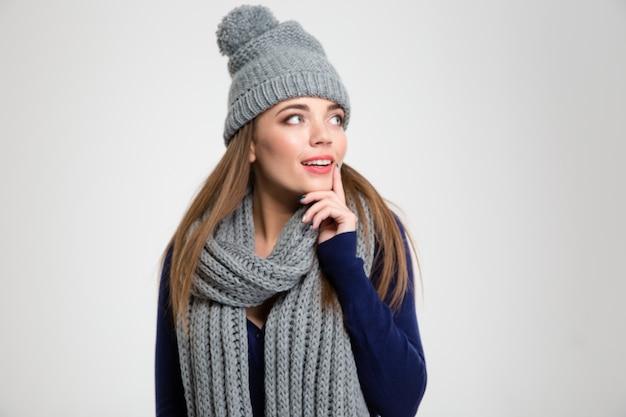 Portrait d'une femme souriante en tissu d'hiver à l'écart isolé sur fond blanc