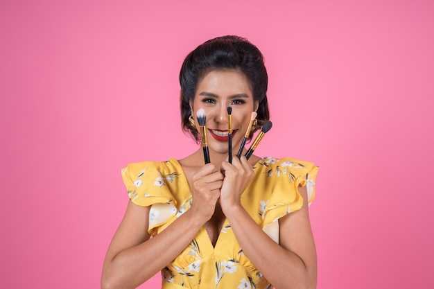 Portrait de femme avec spectacle professionnel de pinceau de maquillage