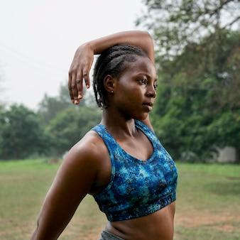 Portrait femme sportive dans la nature qui s'étend