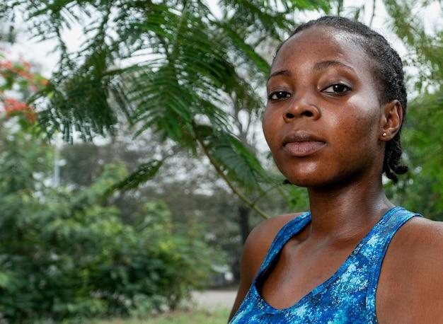 Portrait femme sportive dans la nature