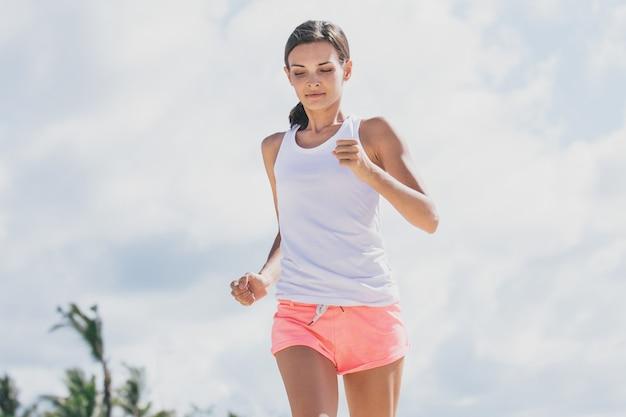 Portrait de femme sportive jogging à la plage pour une vie saine