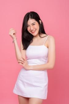 Portrait de femme en studio shoot sur rose