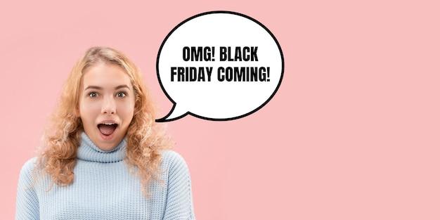 Portrait de femme surprise et choquée du vendredi noir sur fond de corail