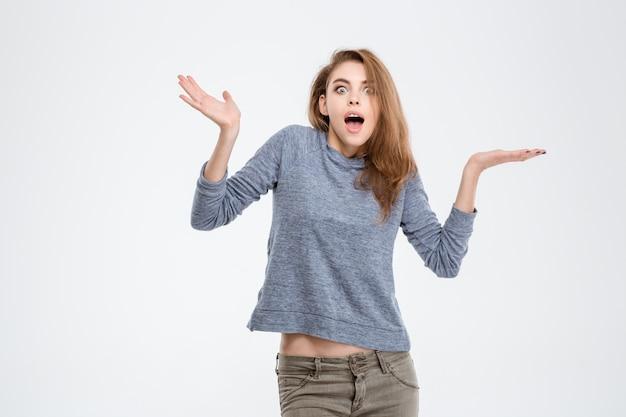 Portrait de femme surprise regardant la caméra isolée sur fond blanc