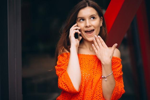 Portrait d'une femme surprise avec un téléphone