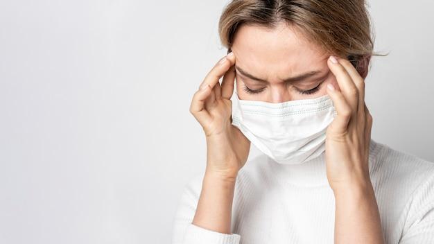 Portrait de femme avec symptôme de maladie