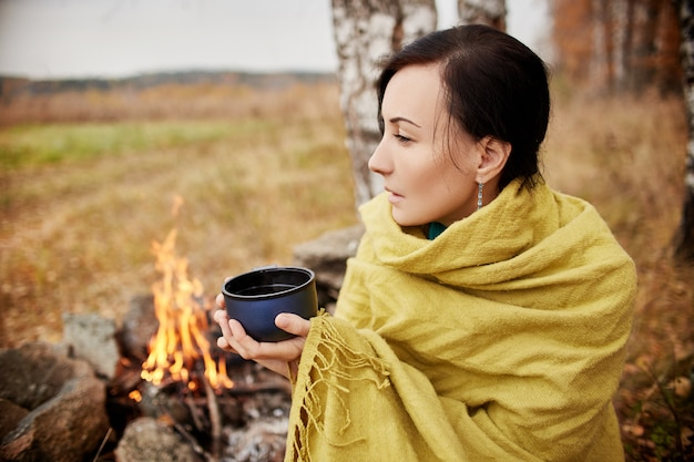 Portrait, femme, tasse, thé chaud, mains