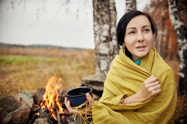 Portrait d'une femme avec une tasse de thé chaud