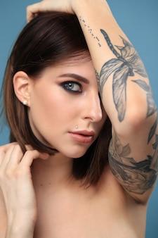 Portrait de femme avec tatouage
