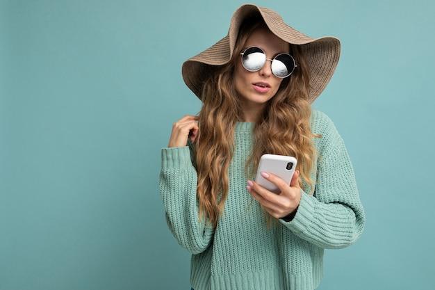 Portrait femme avec téléphone