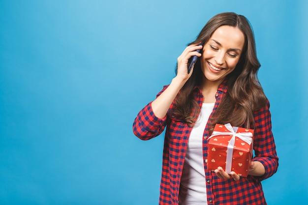 Portrait femme tenant une boîte-cadeau