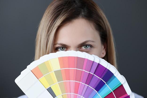 Portrait de femme tenant un éventail de palette de couleurs