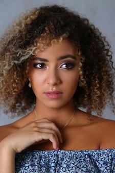 Portrait de femme tendre aux cheveux bruns bouclés