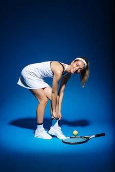 Portrait, femme, tennis, joueur, raquette, balle, côté