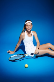 Portrait, femme, tennis, joueur, raquette, balle, séance, plancher