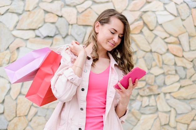 Portrait, femme, tenue, achats, sacs