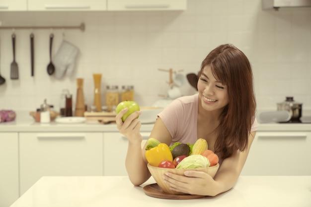 Portrait, femme, tenue, pomme