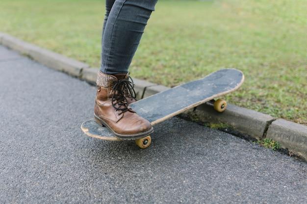 Portrait, femme, tenue, skateboard