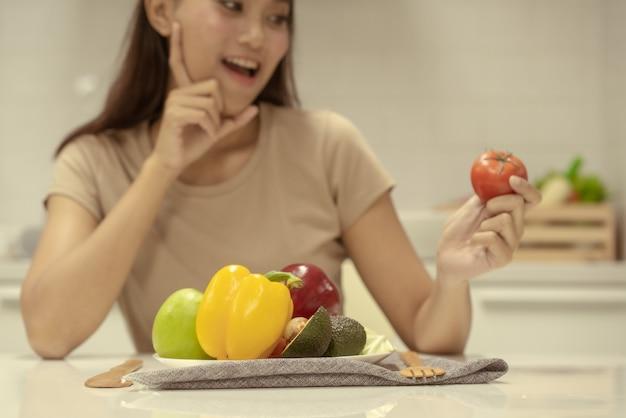 Portrait, femme, tenue, tomate