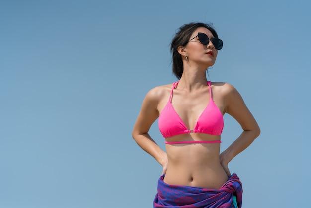 Portrait de femme thaïlandaise posant à l'extérieur sur la plage de la mer