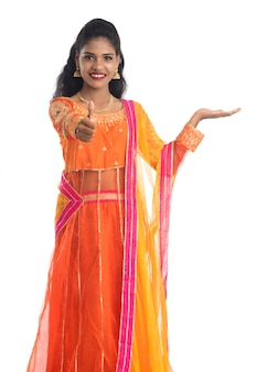 Portrait de femme traditionnelle indienne présentant quelque chose à portée de main
