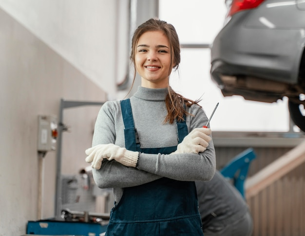 Portrait de femme travaillant dans un service de voiture