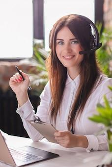 Portrait de femme travailleur du service client
