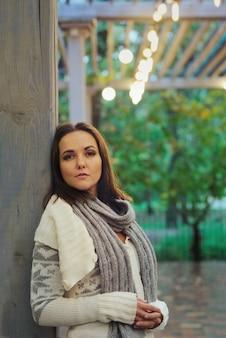 Portrait de femme triste contre le parc du soir