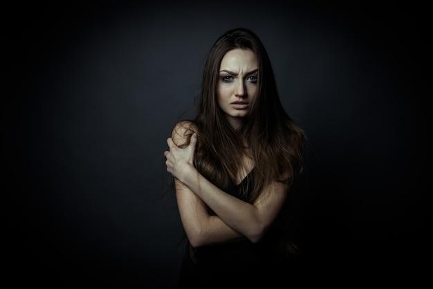 Portrait d'une femme triste avec les mains croisées