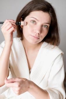 Portrait, femme, utilisation, brosse, fondation