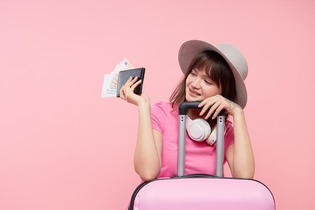 Portrait femme avec valise